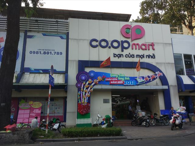 「co.op mart」はベトナムの庶民的スーパー。フロア全体に生肉と生魚の匂いが漂います。