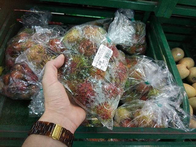 何気に本命、ベトナム語でチョムチョムことランブータン。赤いモコモコ感がクリスマスポイント高し。