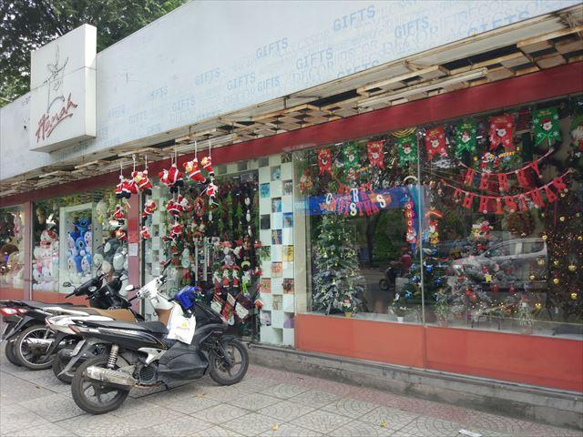 クリスマスツリーはいかにもなお店で1000円にて入手。