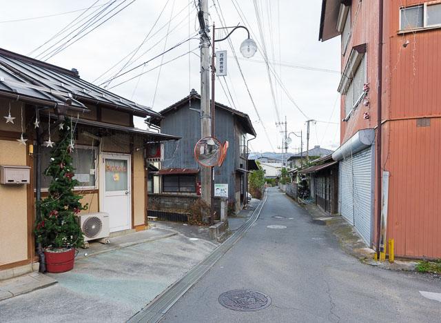 浮かれ電飾ロードの中間地点。ふり返るとけっこう登ってきているのがわかる。それにしてもこの「ザ・日本」って感じの街並み、すごくいい。