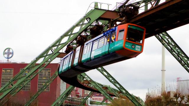 1901年開業の懸垂式モノレールを見にドイツへ。おもに川の上を走ってます。乗車の象が川へ転落して無事だったというすごいエピソードも。