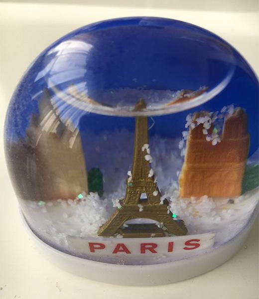 パリって雪積もるんだっけ……とつい調べた(時々降るが、積もっても2~3センチ、すぐ溶けるとのこと)
