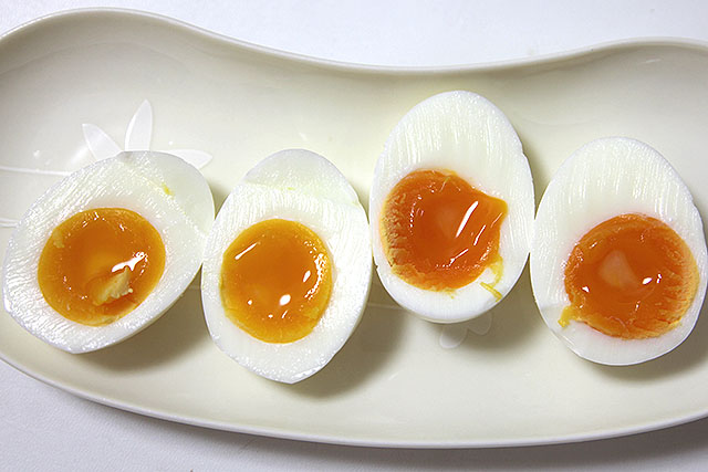 色以外に差がない普通の玉子と旨味賛卵。並びは上までと同じ。右が高い方。