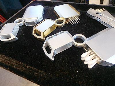ジュラルミン削り出しで作った綿棒ケースやミントタブレットケースもありました。