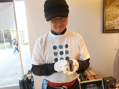 工学博士でもある小松社長。お猪口サイズですが、見た目以上に重いです。