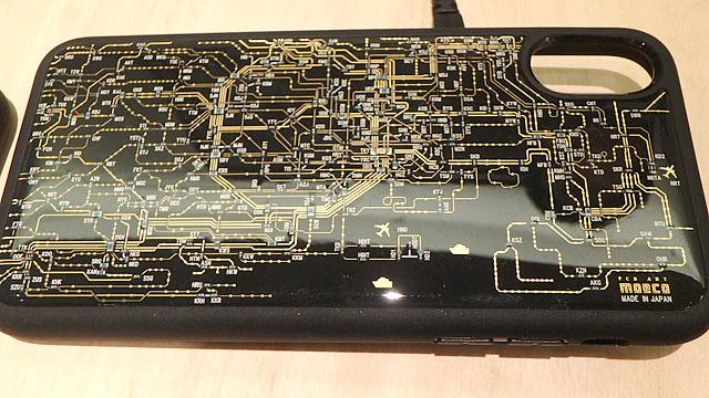 工場マルシェに出ていた線路が配線で駅が電子部品のスマホケース。携帯の電波で発電して駅部分のLEDが光ります。