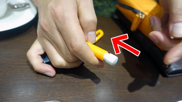 ペンを回してキャップに押し込んで収納する。逆回転すると飛び出てしまうのだ