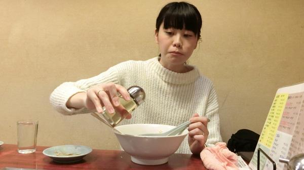 井口さんはラーメンに酢を入れて食べていた。さっぱりとした味になっておいしい。