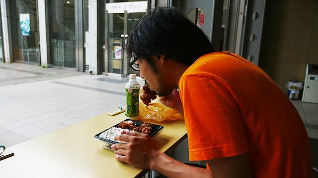 一人でご飯食べると人目が気になる