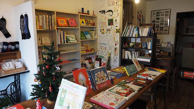 小さな絵本屋さん「キルヤ」。