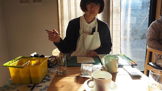 せっかくなので描いてもらおう。アートセンターで部屋を借りて制作していたことがあるという中村菜月さん。