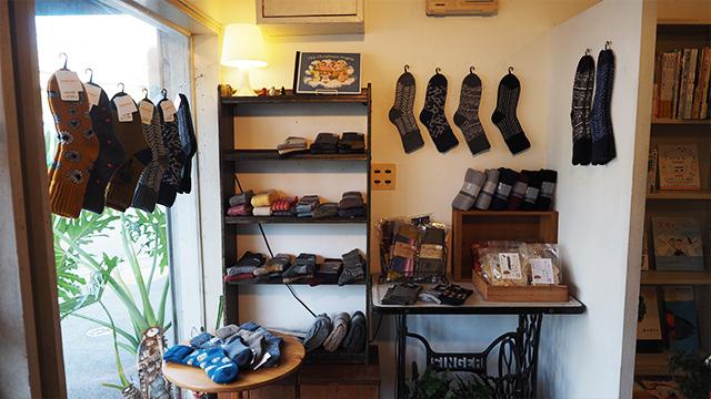 角の雑貨コーナーは季節によって置くものを替えているそう。クリスマスつながりで今は靴下。