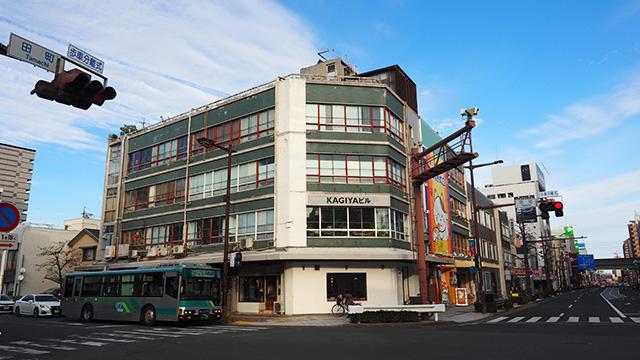 交差点にある古いビル