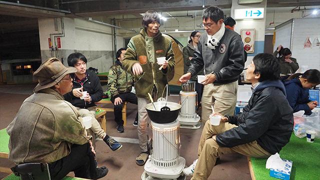 初めて会う人たちと鍋を囲む。