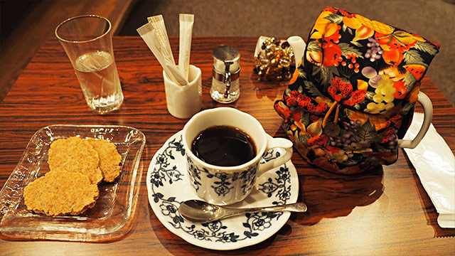 コーヒーはカップで500円、ポットで850円。この上質の空間なら安いと思う。
