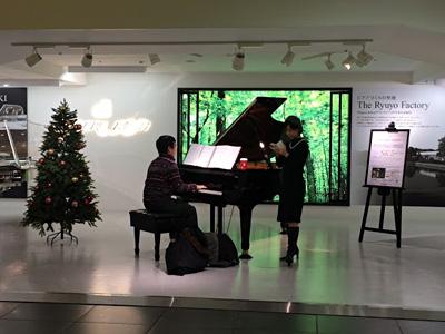 帰りの新幹線乗り場に向かう途中、荷物を足元に置きカワイのグランドピアノを弾きだした方がいて凄くかっこよかった