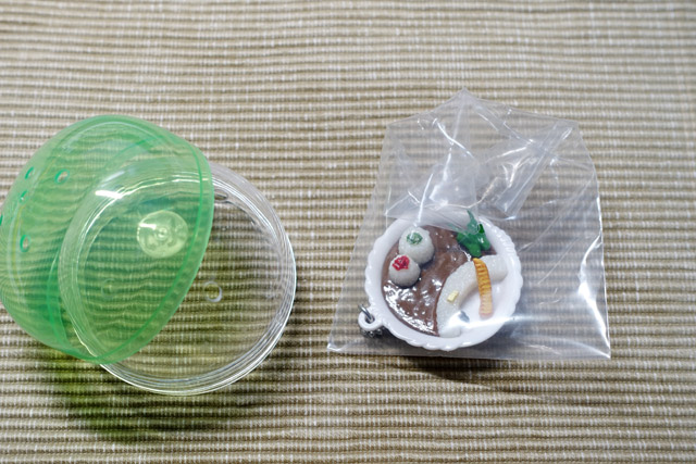 カプセル→ポリ袋→フィギュアの三層構造になっている。梱包する場合は、これを順番にやっていくことになる