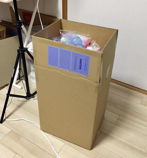体積が増えると、すなわち輸送費に影響する。この箱に入った約100個のカプセルを会場に送ると、それだけで1箱2000円の送料がかかる。2箱だと4000円。あー、どんどん利益が目減りしていく……