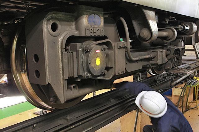 黄色い印の奥が軸受でFS520と書いてある部分がフレーム、その間にバネが入っていてサスペンションになっているのではないか