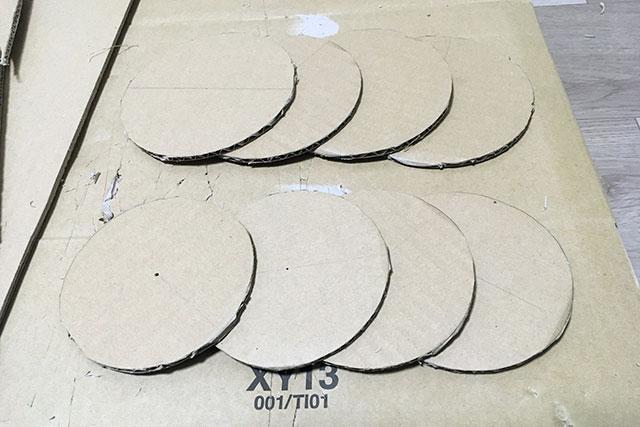 2種類の直径で切り抜き、計8枚作った