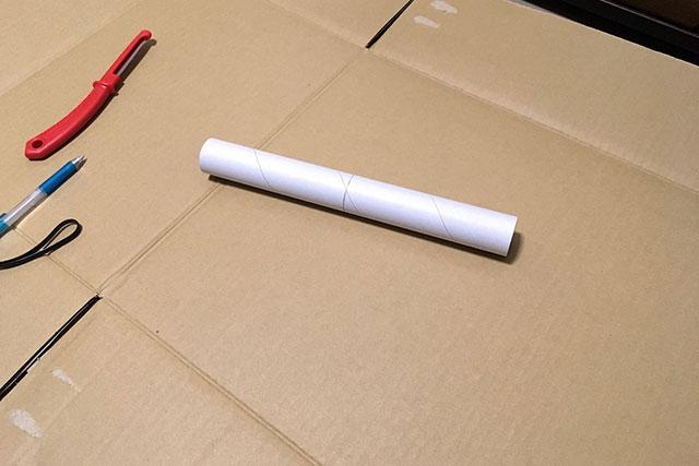 円筒形で固いもの、ということでラップの芯を使用