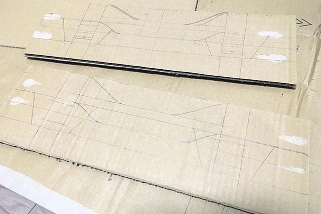 フレームのデザインを描いた段ボールを2組準備する