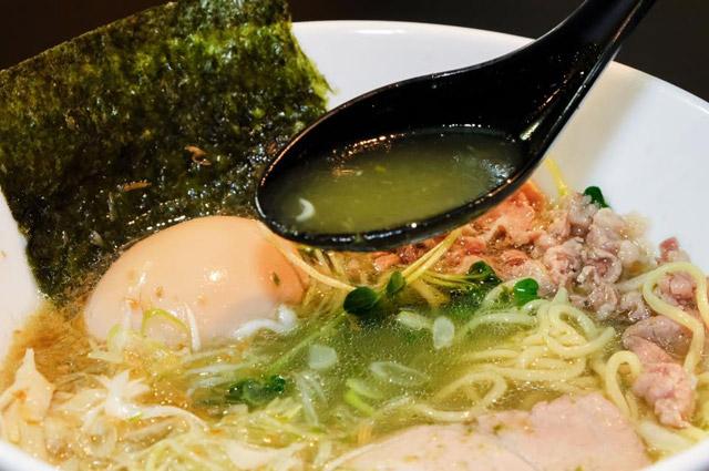 最初と比べると、スープが緑っぽくなった