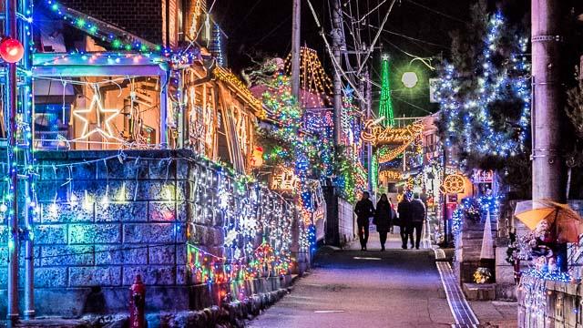 これまで10年以上にわたってクリスマスの電飾に浮かれた地域を調査してきた大山さんが新たな鉱脈を発見。現場は山梨です。道をまたいでます。