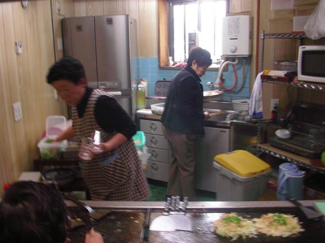 お皿を洗うお客さん。