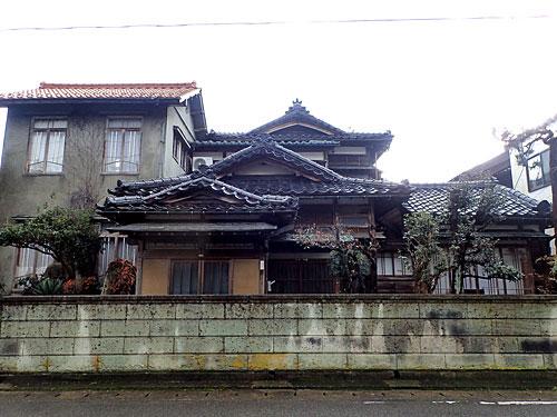 蔵のある立派な家が多い。現在は空き家もだいぶ増えたようだが、米作や柿の栽培で栄えた地域なのだ。