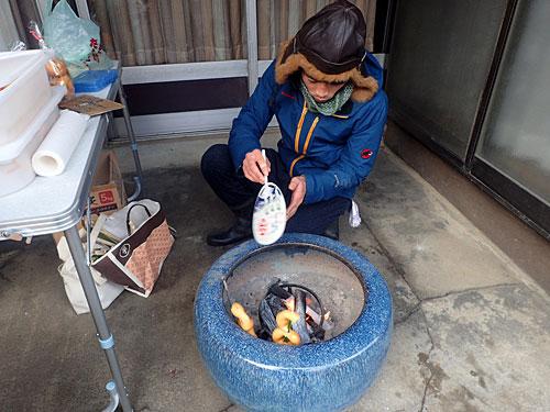 炭火でアユでも焼いているのかと思ったら、竹串に刺したドーナツだった。「やったことないんですけどね」と言いながらウチワで仰いでいるのは、山奥でドーナツ屋さんをやっているタガヤス堂さん。