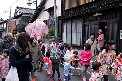 ピンクのゾウがパレードに参加するのは今回が初めて。あらあらあらと驚きながらも歓迎している方が多かったように思う。
