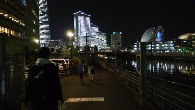 10分ほど歩いてもなかなか目的地に着かない。だんだんと暗がりの方へ向かっていく。大丈夫か…?