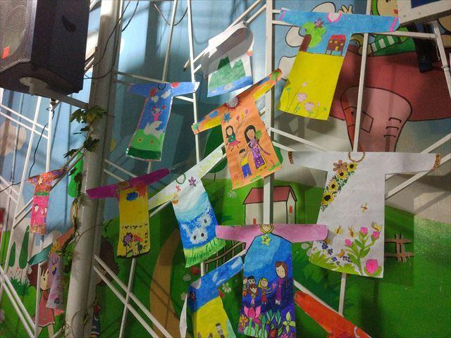 中庭には生徒のお絵かき作品が展示。 キャンパスがアオザイの形という点に、お国柄を感じる。