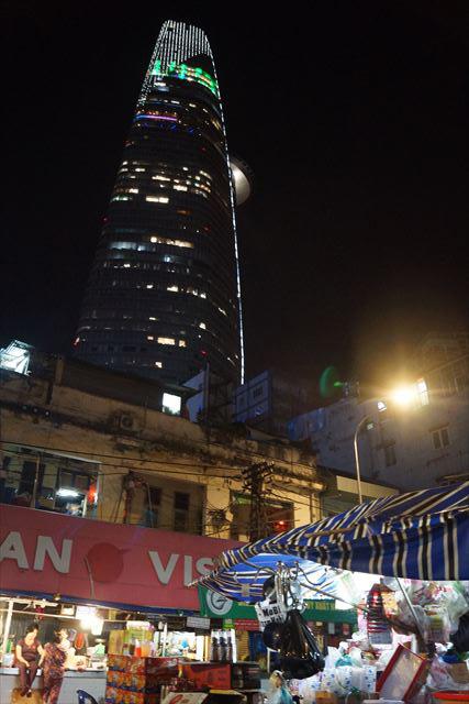 暗く古い建物の向こうには、市内最高層のビルディングが覗く。