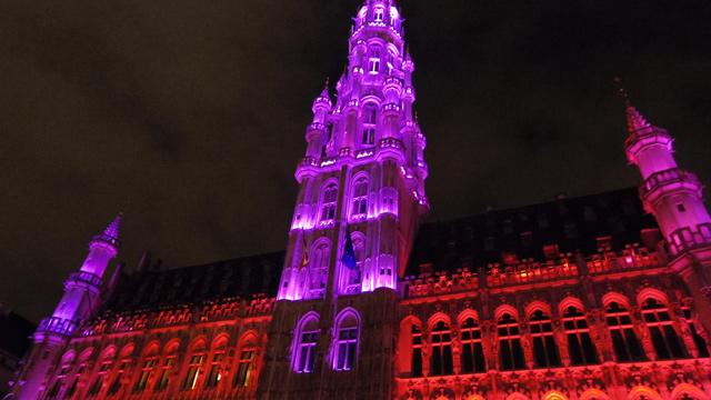 世界遺産のブリュッセル市庁舎、ライトアップされてます