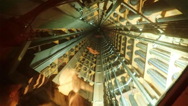 エレベーター、天井がシースルー