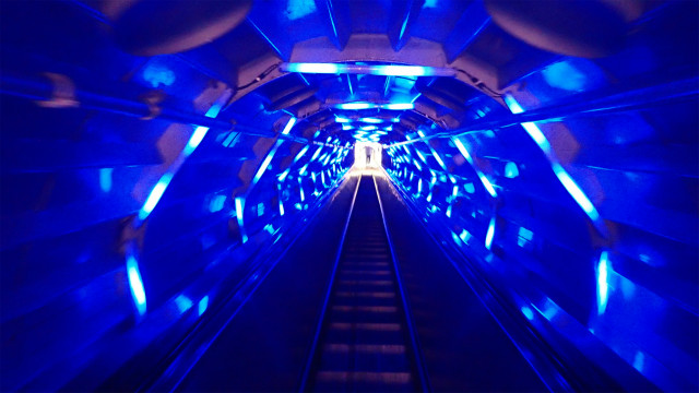 トンネルが光っているどうしちゃったんだ