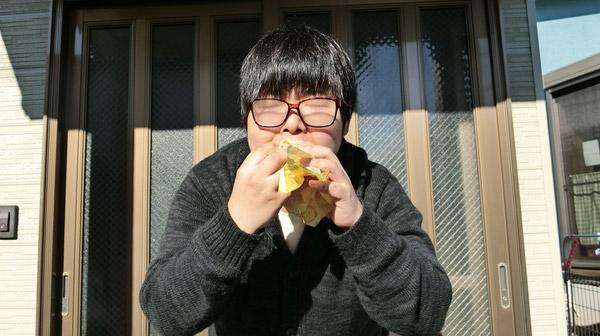 くもりメガネでチーズバーガーを味わって食べる。初めての体験。