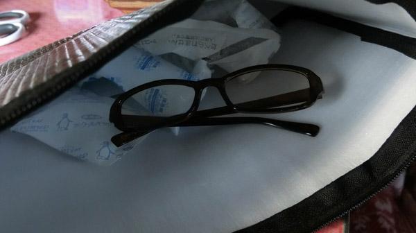 保冷バッグに保冷剤とメガネを入れてよく冷やしておく。