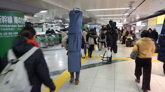 早朝の東京駅を棒みたいになった人がたくさん徘徊している。冬だ。