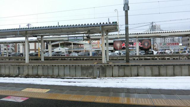 秋田新幹線のハイライト、大曲駅でのスイッチバック。駅に停車後、新幹線は後ろ向きに出発する。