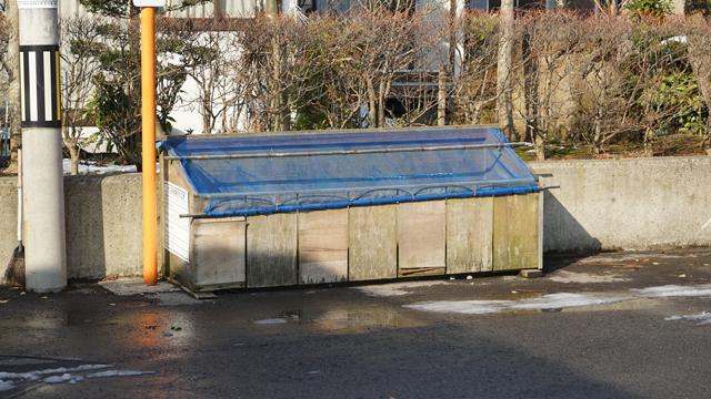 ゴミステーションを眺めながら。パッチワークの長屋タイプ