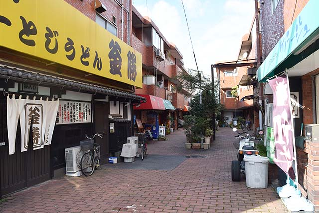 「釜勝」といううどん屋さんを折れるとちょっとした飲食店街が。