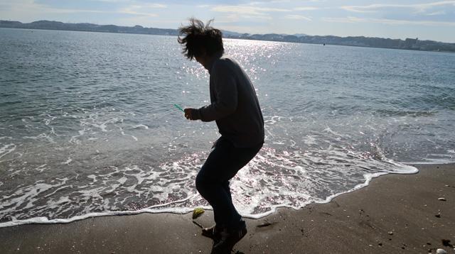 海水をすくおうとしたところに波が来てキャッ!となっているおっさんの写真が撮れたので載せておきます