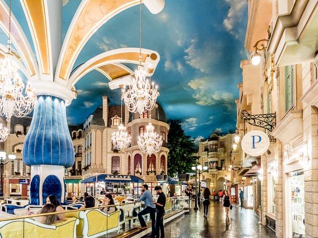 その名も「パリス」というカジノ・ホテル。中もこんなふうにイカれてる。