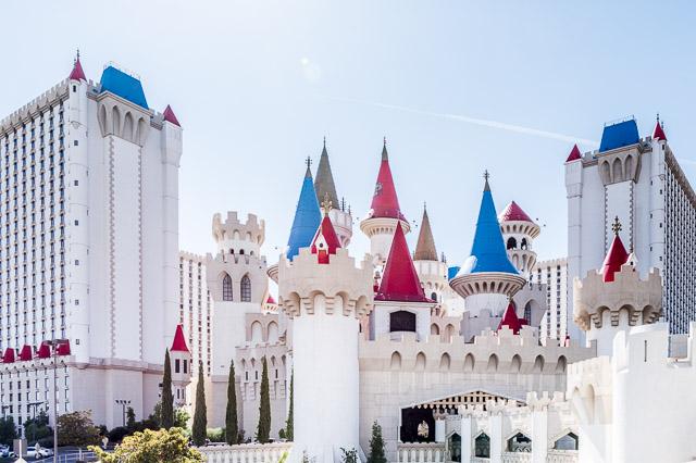 その名も「エクスカリバー」というカジノ・ホテルはこんな。アーサー王にあやまれ。