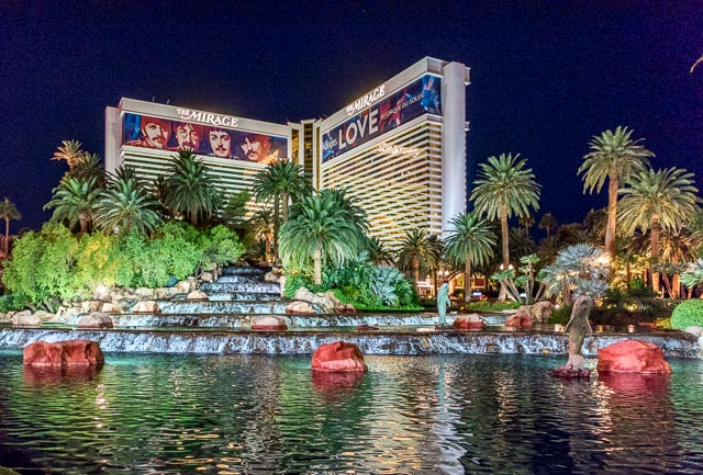 潤いエンターテイメントの先駆けとも言える伝説的なホテル・ミラージュは、満々と水を湛える。