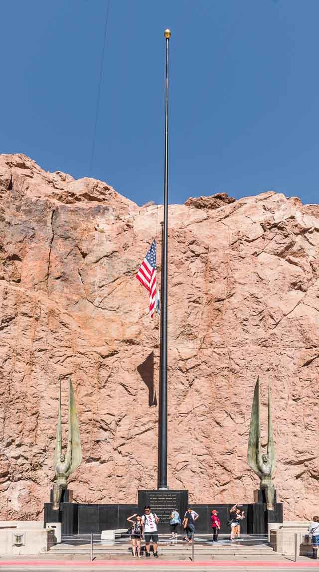 フーバーダムに行ったのは実は事件の翌日。ダム記念碑の国旗も半旗であった。