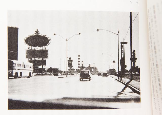 70年代のストリップ。ここでヴェンチューリは「ロードサイド」を発見した。建築は見えず、巨大な看板だけがサインを送っているのが印象的。(同書より)